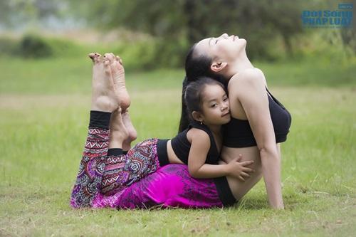 Ngộ nghĩnh hình ảnh Trà Ngọc Hằng tập yoga cùng cháu gái  - Ảnh 2