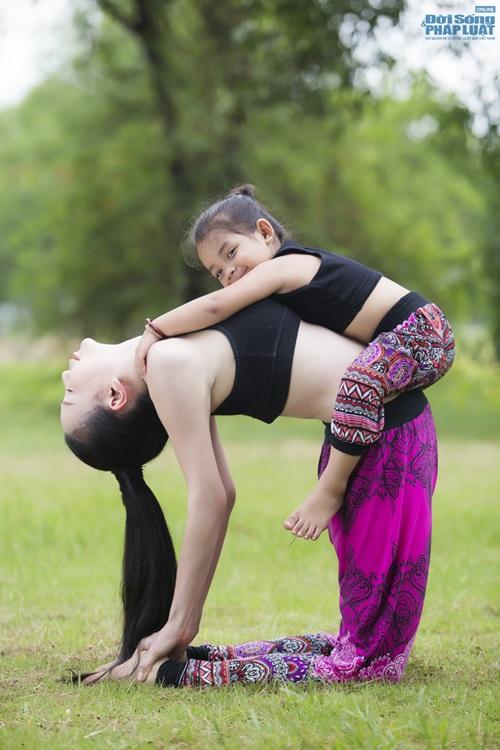 Ngộ nghĩnh hình ảnh Trà Ngọc Hằng tập yoga cùng cháu gái  - Ảnh 4