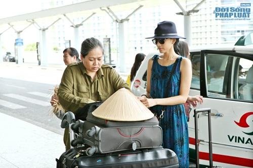 Trương Thị May xinh đẹp, giản dị ở sân bay - Ảnh 6