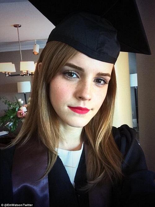 """""""Phù thủy"""" Emma Watson khoe ảnh tốt nghiệp Đại học  - Ảnh 1"""