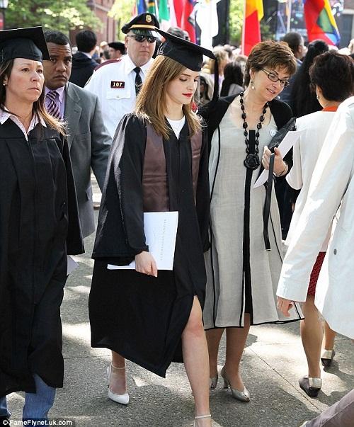 """""""Phù thủy"""" Emma Watson khoe ảnh tốt nghiệp Đại học  - Ảnh 3"""