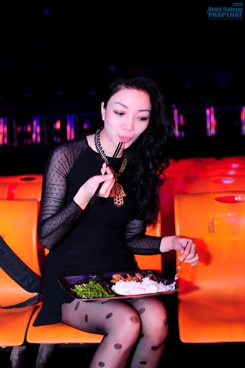 Phạm Thu Hà ăn trưa giản dị trong buổi tổng duyệt  - Ảnh 6