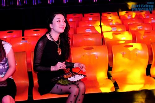 Phạm Thu Hà ăn trưa giản dị trong buổi tổng duyệt  - Ảnh 11