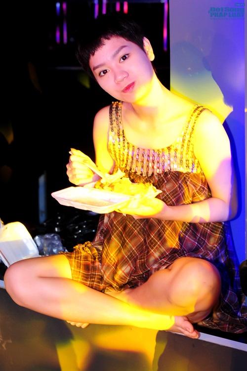 Phạm Thu Hà ăn trưa giản dị trong buổi tổng duyệt  - Ảnh 12