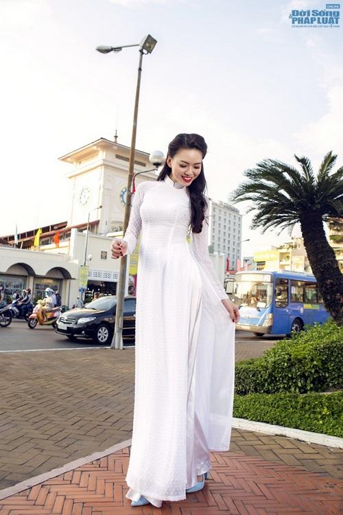 Vũ Hoàng Điệp mặc áo dài trắng ngồi xe Dream cũ kỹ - Ảnh 3
