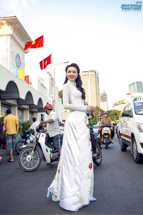 Vũ Hoàng Điệp mặc áo dài trắng ngồi xe Dream cũ kỹ - Ảnh 2