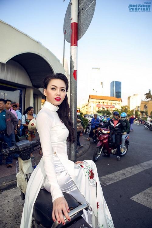 Vũ Hoàng Điệp mặc áo dài trắng ngồi xe Dream cũ kỹ - Ảnh 5
