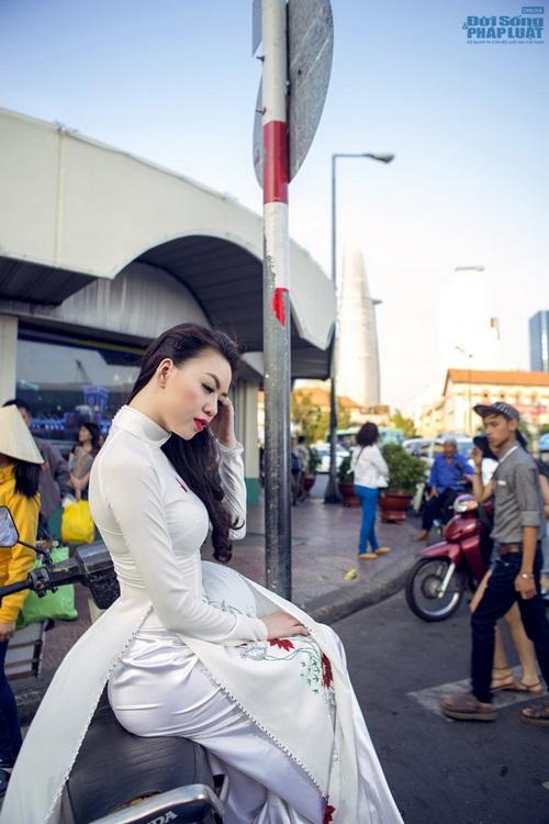 Vũ Hoàng Điệp mặc áo dài trắng ngồi xe Dream cũ kỹ - Ảnh 6