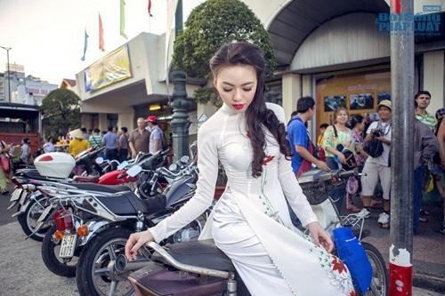 Vũ Hoàng Điệp mặc áo dài trắng ngồi xe Dream cũ kỹ - Ảnh 7