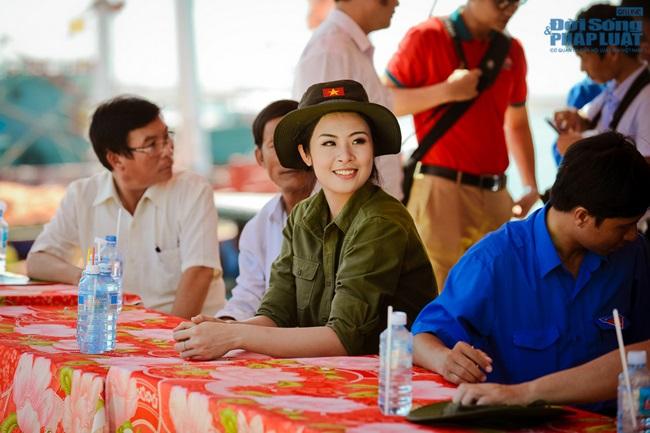 Hoa hậu Ngọc Hân thăm, tặng quà cho ngư dân huyện đảo Lý Sơn - Ảnh 10