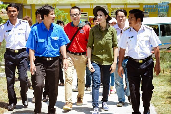Hoa hậu Ngọc Hân thăm, tặng quà cho ngư dân huyện đảo Lý Sơn - Ảnh 11