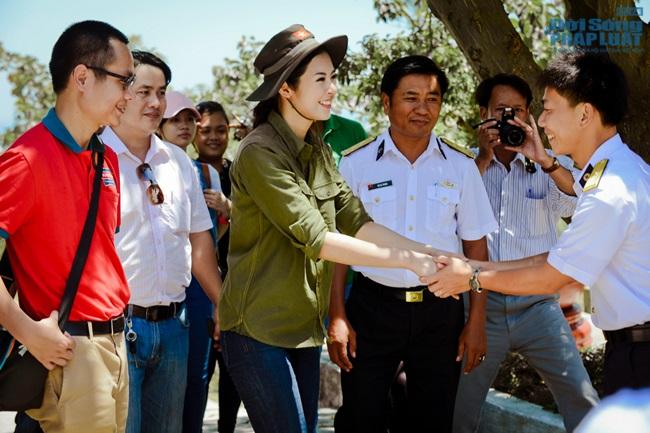 Hoa hậu Ngọc Hân thăm, tặng quà cho ngư dân huyện đảo Lý Sơn - Ảnh 12