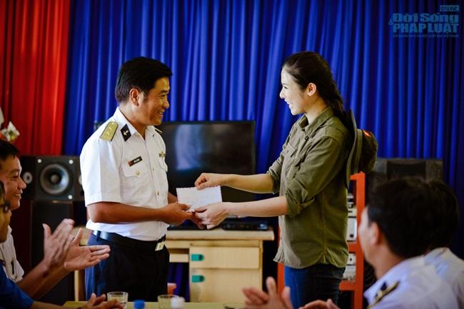 Hoa hậu Ngọc Hân thăm, tặng quà cho ngư dân huyện đảo Lý Sơn - Ảnh 13