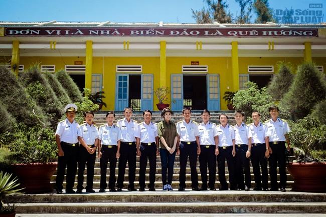 Hoa hậu Ngọc Hân thăm, tặng quà cho ngư dân huyện đảo Lý Sơn - Ảnh 14