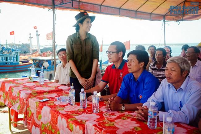 Hoa hậu Ngọc Hân thăm, tặng quà cho ngư dân huyện đảo Lý Sơn - Ảnh 2