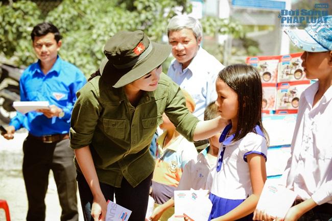 Hoa hậu Ngọc Hân thăm, tặng quà cho ngư dân huyện đảo Lý Sơn - Ảnh 3