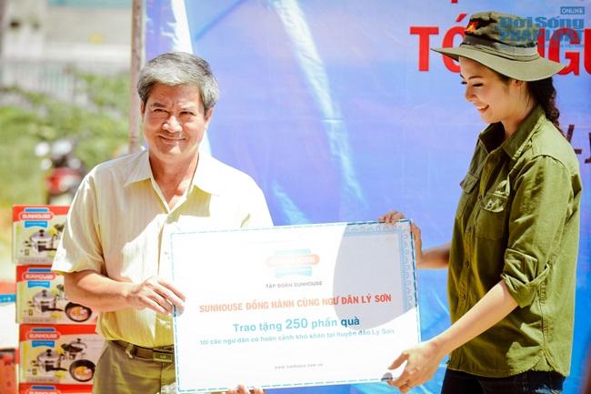 Hoa hậu Ngọc Hân thăm, tặng quà cho ngư dân huyện đảo Lý Sơn - Ảnh 4