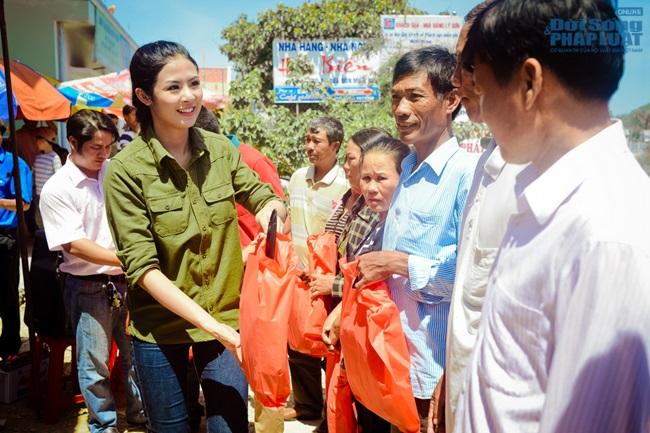 Hoa hậu Ngọc Hân thăm, tặng quà cho ngư dân huyện đảo Lý Sơn - Ảnh 5