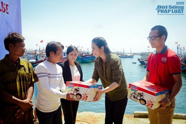 Hoa hậu Ngọc Hân thăm, tặng quà cho ngư dân huyện đảo Lý Sơn - Ảnh 6