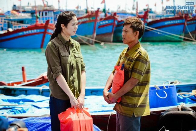 Hoa hậu Ngọc Hân thăm, tặng quà cho ngư dân huyện đảo Lý Sơn - Ảnh 7