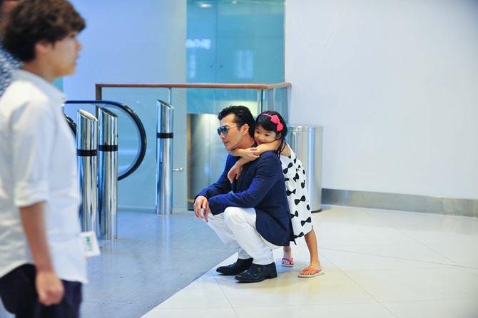 Trần Bảo Sơn cõng con gái đi xem phim  - Ảnh 6