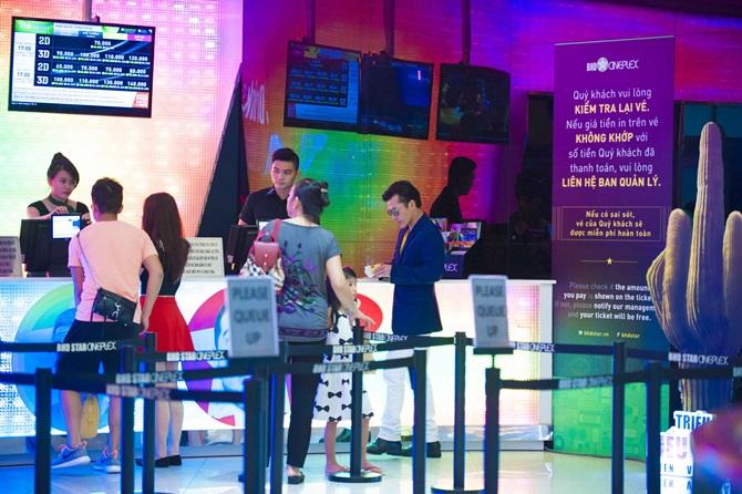 Trần Bảo Sơn cõng con gái đi xem phim  - Ảnh 7