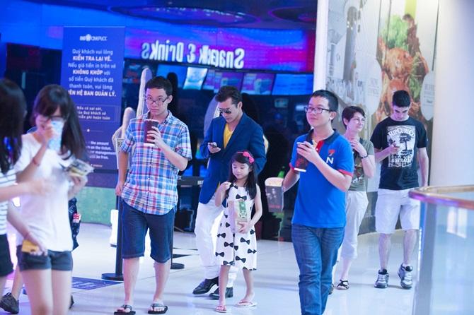 Trần Bảo Sơn cõng con gái đi xem phim  - Ảnh 8