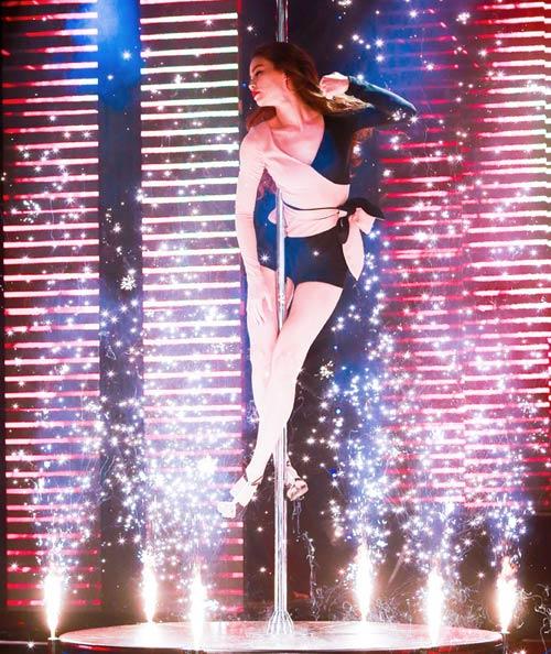 Clip: Hồ Ngọc Hà múa cột điệu nghệ khoe chân dài thẳng tắp - Ảnh 2