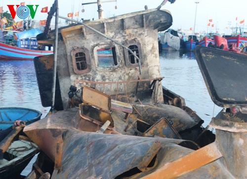Hiện trường vụ cháy tàu, nhiều người bị hất tung xuống biển - Ảnh 5