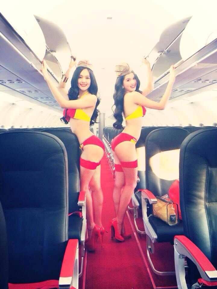 Ngọc Trinh, Linh Chi diện nội y uốn éo trên máy bay - Ảnh 1