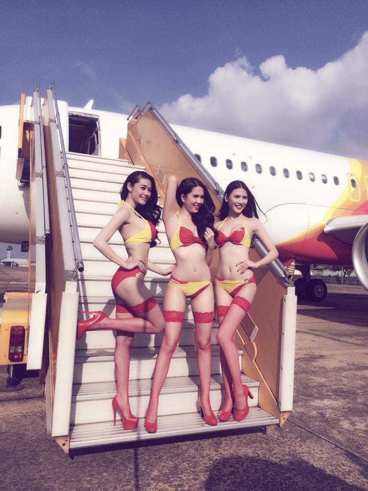 Ngọc Trinh, Linh Chi diện nội y uốn éo trên máy bay - Ảnh 2