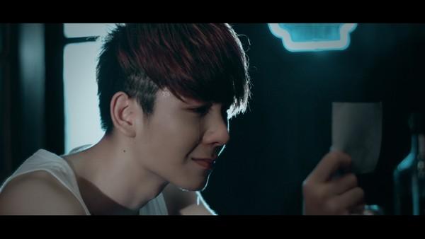 MV Buông tay 2: Kelvin Khánh khóc như mưa vì Khởi My ra đi - Ảnh 1