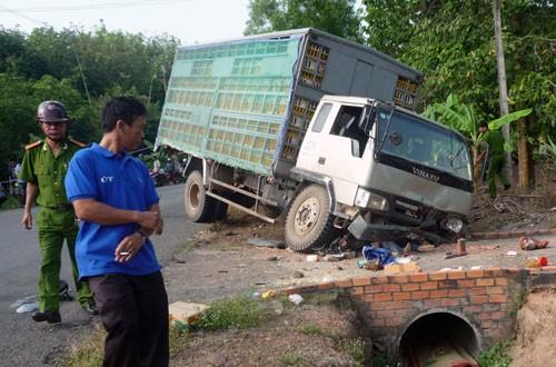 Xe tải tông liên tiếp, 7 người thương vong - Ảnh 1