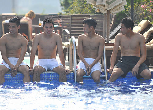 Sao U19 Việt Nam khoe cơ bắp như lực sỹ tại bể bơi - Ảnh 1
