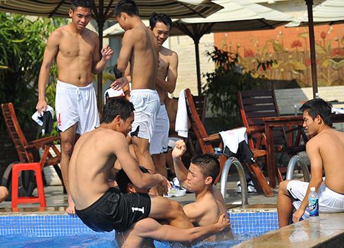 Sao U19 Việt Nam khoe cơ bắp như lực sỹ tại bể bơi - Ảnh 4