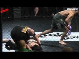 Võ sỹ hạ gục đối thủ sau 7 giây bằng đòn đá trúng cổ - Ảnh 1