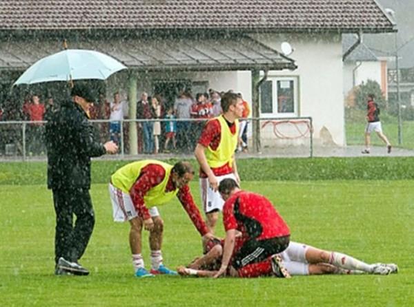 Hàng loạt cầu thủ bị sét đánh tử vong trên sân bóng - Ảnh 1