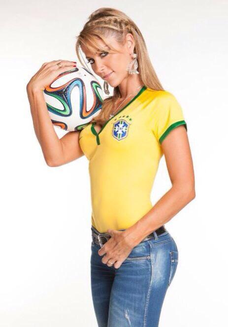 Vắng bạn gái, Ronaldo tòm tem nữ phóng viên? - Ảnh 4