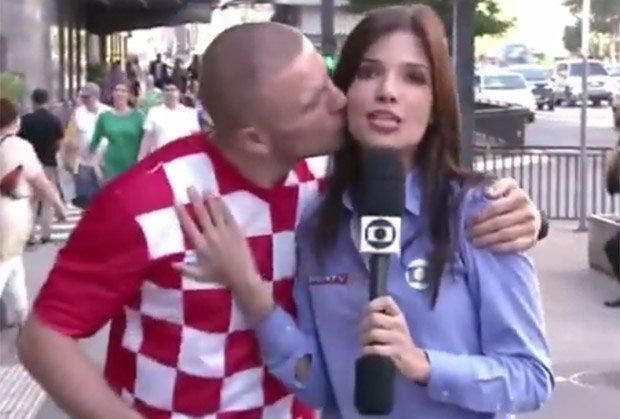 """Nữ phóng viên xinh đẹp Brazil bị CĐV Croatia """"cưỡng hôn"""" - Ảnh 1"""