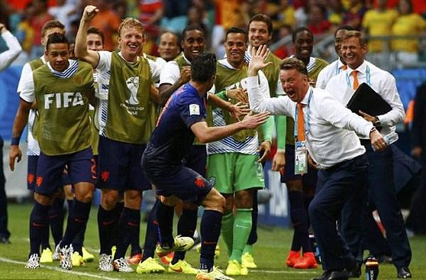 Video: Hà Lan bất ngờ đè bẹp Tây Ban Nha 5-1 - Ảnh 1