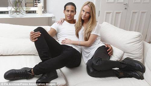 Sao Hà Lan từ chối M.U: Bỏ bạn gái xinh, lấy diễn viên cấp 3 - Ảnh 1