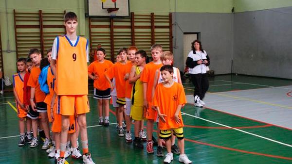 Bí quyết tăng chiều cao của cậu nhóc 13 tuổi cao gần 3m - Ảnh 1