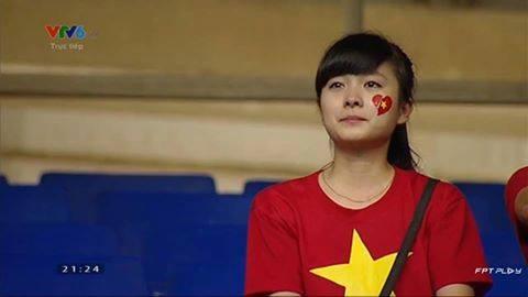 Clip: Fan nữ xinh đẹp khóc nghẹn khi U19 Việt Nam gục ngã - Ảnh 1