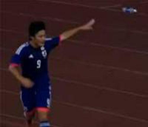 """Ăn mừng bàn thắng, sao U19 Nhật Bản nhận """"cơn mưa"""" chai lọ - Ảnh 1"""