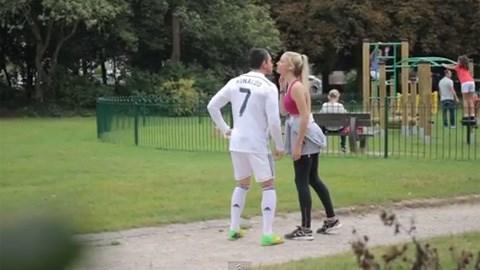 Trốn bồ xinh, Cristiano Ronaldo ra đường tán gái? - Ảnh 1