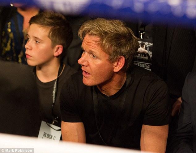 Không tin bố, con trai Beckham bái đầu bếp làm thầy dạy tán gái - Ảnh 1