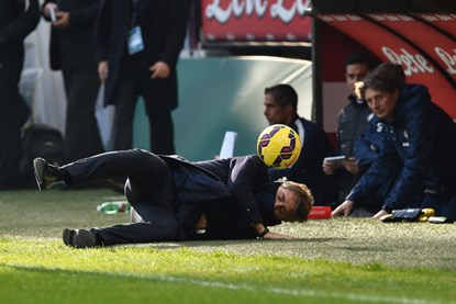 Mancini bị học trò sút bóng trúng mặt, nằm gục ở đường biên - Ảnh 1