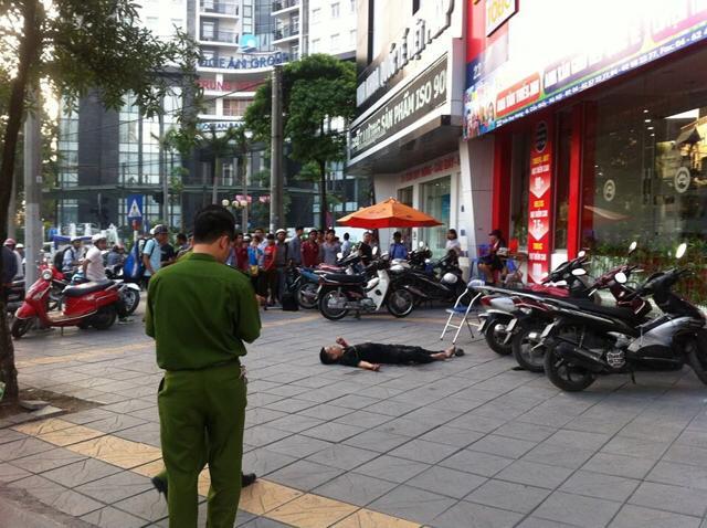 Mẹ của thanh niên bị đâm chết trên phố HN tưởng con bị thương nhẹ - Ảnh 1