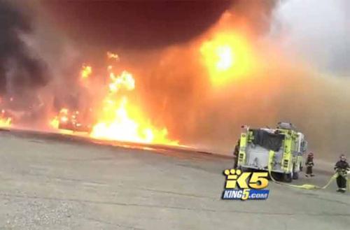 Hi hữu lính cứu hỏa bơm nhầm dầu vào đám cháy  - Ảnh 1