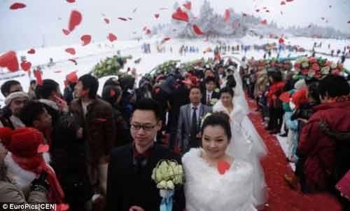 """Đám cưới """"cổ tích"""" của 30 cặp đôi giữa trắng trời tuyết - Ảnh 1"""